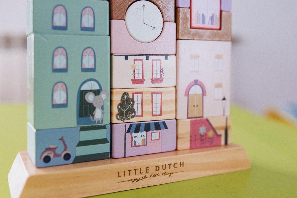 Magia drewnianych zabawek – Drewniana Kamieniczka Little Dutch od Fabryki Wafelków