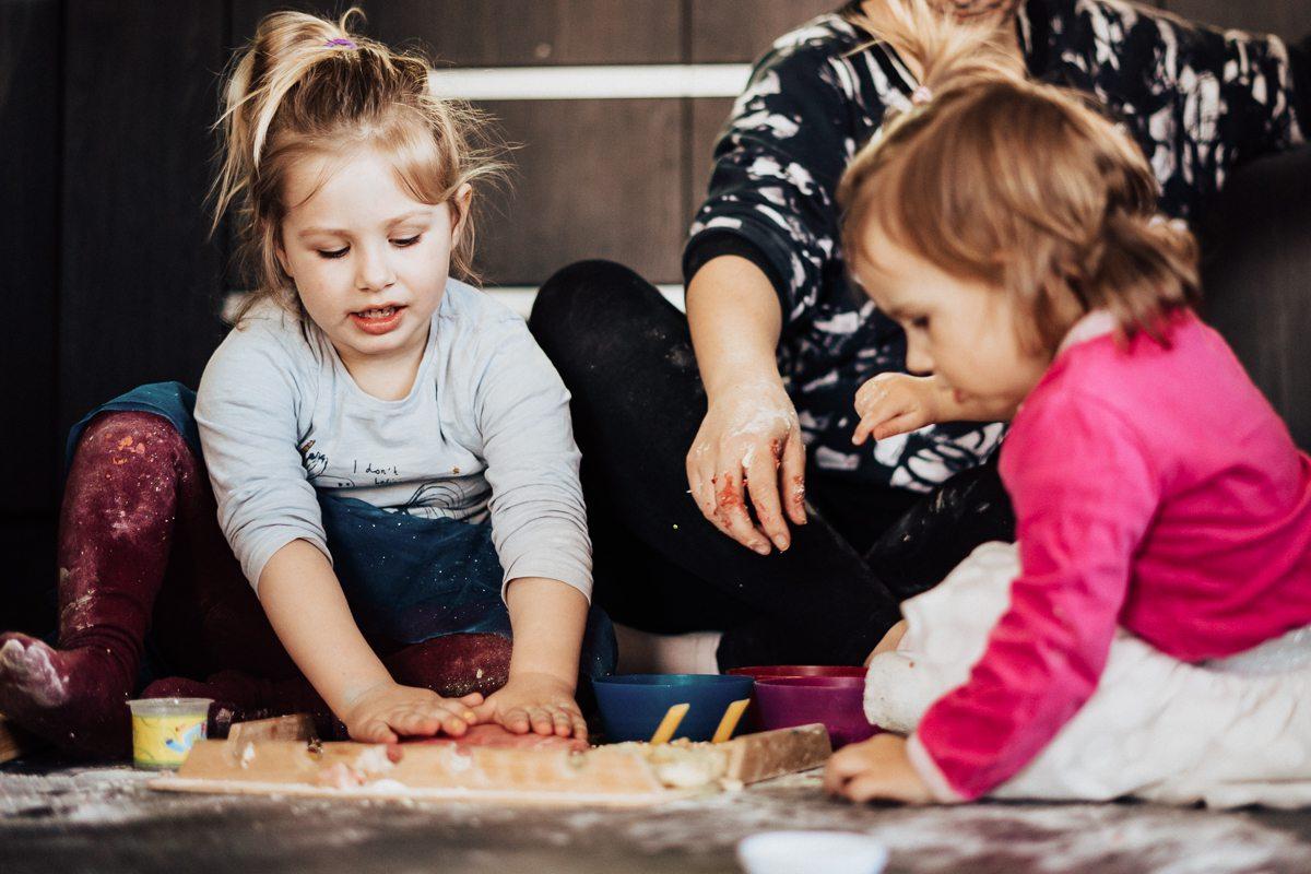 DIY: Trochę bałaganu – czyli domowa ciastolina sensorycza, którą zrobisz w domu