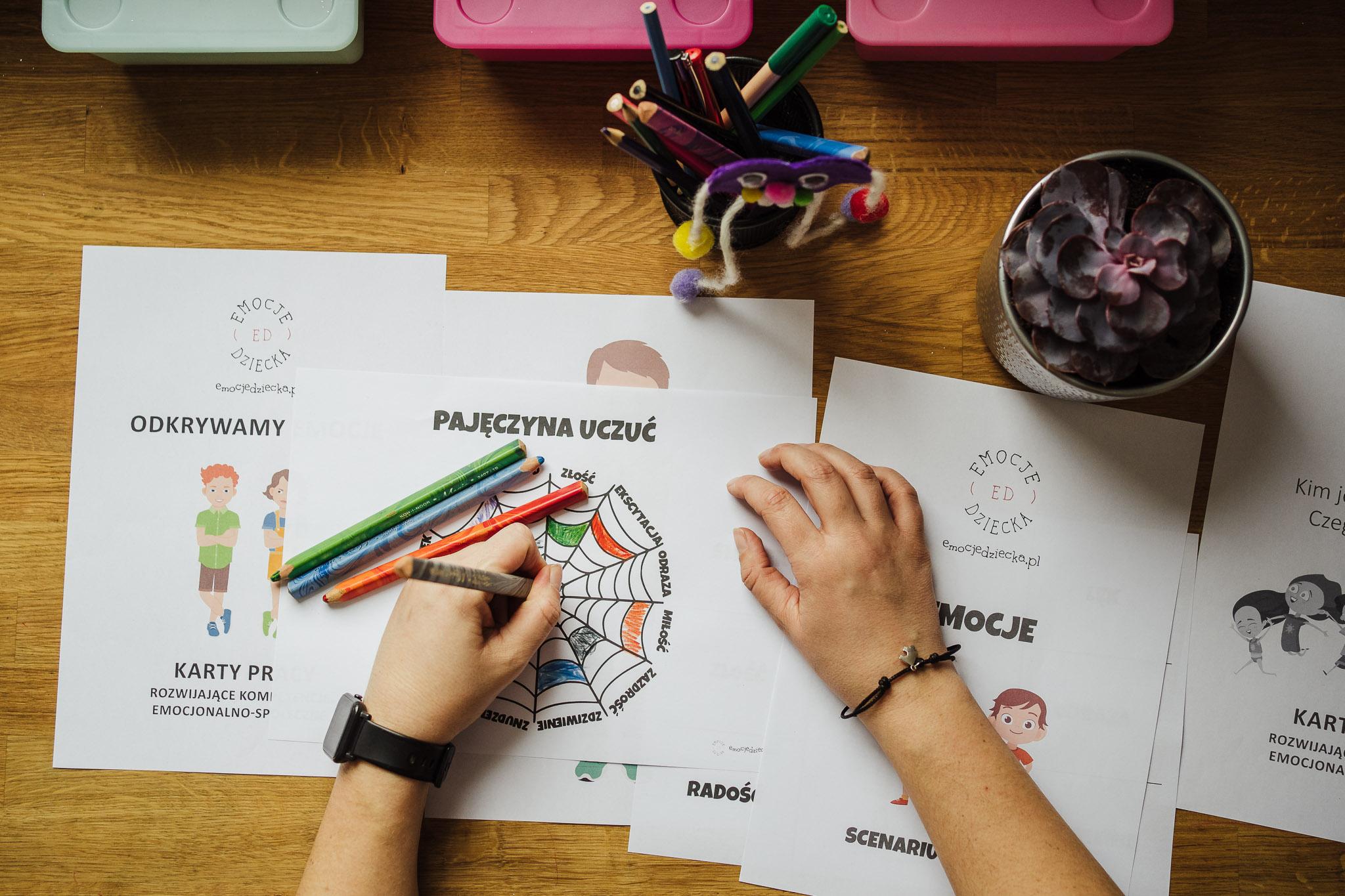 Emocje dziecka – warto o nich rozmawiać za pomocą kart pracy